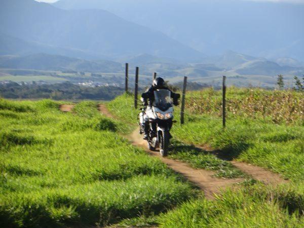 Autêntica aventureira tem que ter qualidades off road - A Suzuki 650 V-Strom cumpre bem esse papel