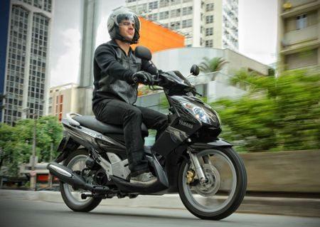 A Neo AT115 tem um estilo bem descolado, lembrando com seus traços da frente uma R1, a mais esportiva da Yamaha