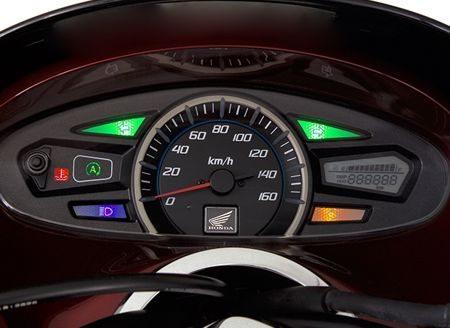 O painel do PCX é o único com visor de nível de combustível, hodômetro e outras informações em cristal líquido. O grande velocímetro analógico fica ao centro e luzes indicadoras completam o belo visual