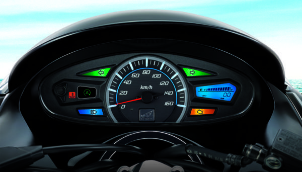 """Painél completo para um scooter tem na luz verde """"A"""" o monitor do sistema """"para - anda""""  que quando selecionado no punho direito desliga o motor quando para e liga novamente ao acelerar para sair"""