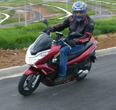 O Honda PCX tem integrado no seu no design a asa da Honda que hoje identifica vários produtos da marca