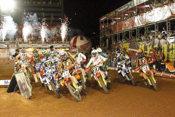 Largada da MX2 na 3ª etapa do Arena Cross em Goiânia - foto de César Araújo