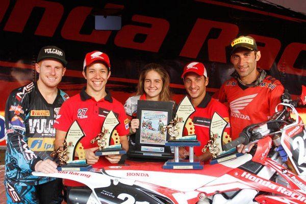 Pilotos mostrando os troféus conseguidos na 6ª etapa do Brasileiro de Motocross