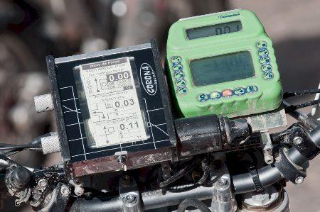 Equipamento de navegação para competições de regularidade com motocicletas