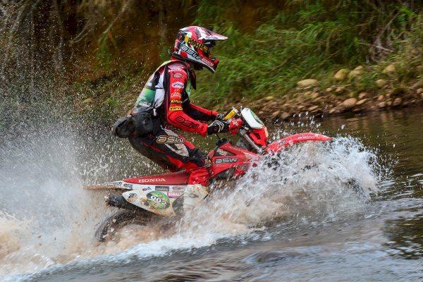 O segundo dia teve a difícil travessia de um rio, ponto em que vários pilotos tiveram dificuldades
