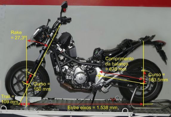 Bem mais longa a NC700 oferece agilidade pelo baixo centro de gravidade