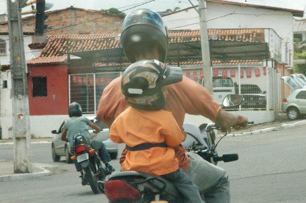 Menino na garupa: A lei diz 7 anos, desde que a criança possa proteger-se dos perigos