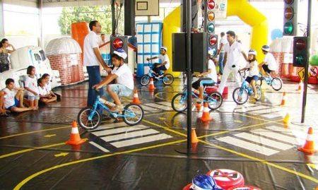 A minicidade insere as crianças em situações do cotidiano no trânsito