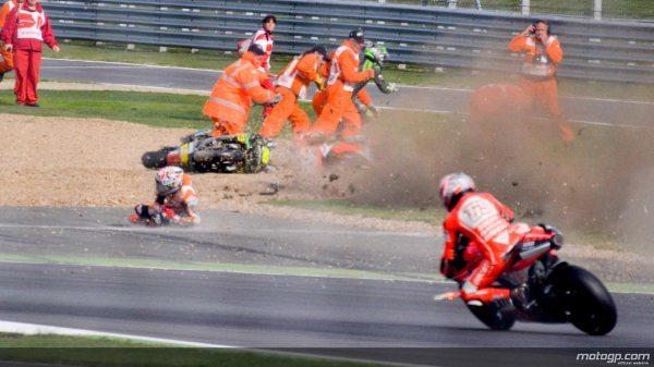 A moto de Márquez indo em direção aos fiscais que atendiam Crutchlow