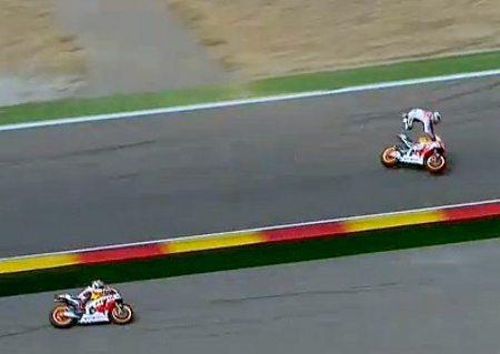 Márquez passa pela área de escape enquanto Pedrosa é catapultado da moto logo após toque de raspão entre ambos