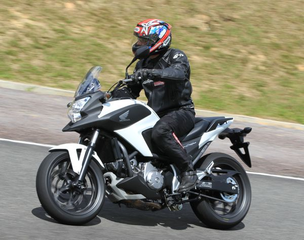 A posição de conduzir da Honda NC700x é bastante natural e o pequeno para brisa faz bastante diferença nos longos trechos