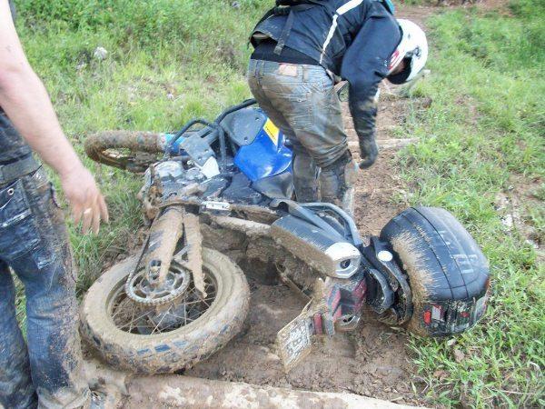 Cair com a moto praticando off-road é inevitável
