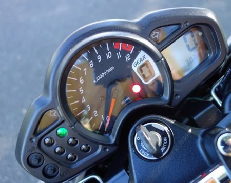 O belo painel tem indicador de marchas e um grande tacômetro mas apenas uma luz indica quando chega a reserva da gasolina