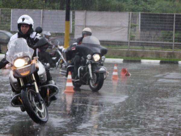 Dilúvio ou pista úmida, há algo entre os pneus de sua moto e o asfalto; cuidado