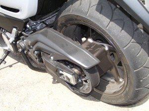 Transmissão por correia evita grande massa não suspensa como nos scooters convencionais