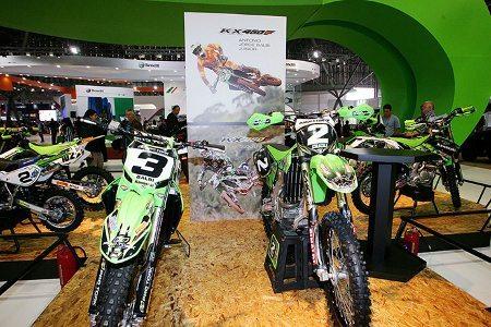Linha off-road Kawasaki. Motos dos pilotos Jorge Balbi Jr. e Mariana Balbi