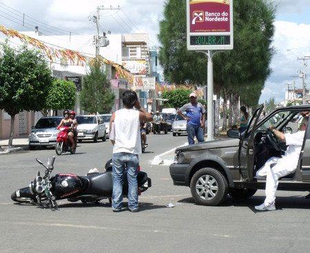 Moto no cruzamento levou a pior; quem é o culpado?