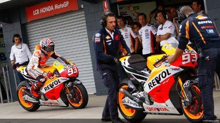 Momento em que Márquez entra nos boxes para troca de moto no GP da Austrália