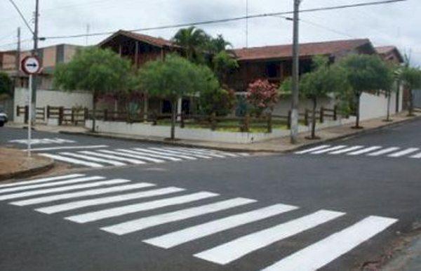 Como saber de quem é a preferência de passagem em um cruzamento?
