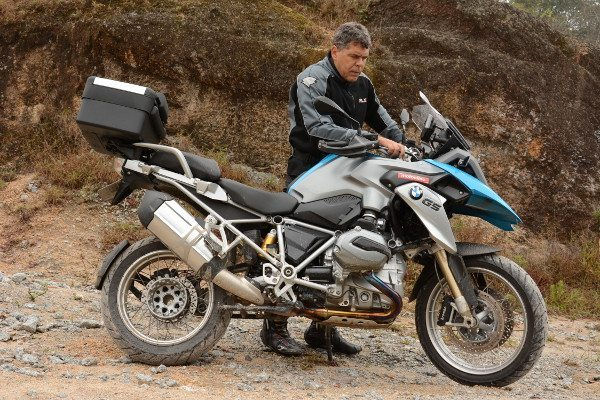 """O professor Carlos Amaral e a """"controladora"""" BMW R 1200 GS: é preciso estudar bem para ajustar a moto a cada situação e a cada piloto"""