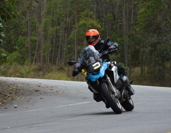 No asfalto está muito à vontade, nas frenagens fortes a moto não mergulha, e nas acelerações fortes também não desestabiliza