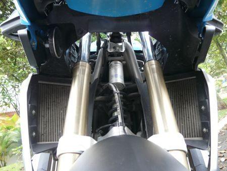 O sistema telelever não praticamente não altera a geometria da moto com o funcionamento da suspensão e o resultado é extrema confiabilidade do piloto nas reações da moto