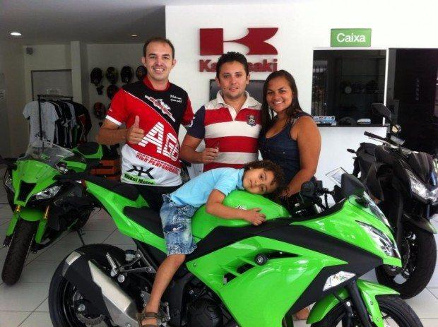 A compra de um moto nem sempre contagia a família dessa forma.