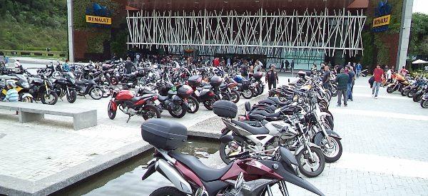 O estacionamento VIP de motos foi uma atração à parte; nele podiam ser vistas motos de todos as marcas e estilos - a foto mostra apenas uma pequena parte delas