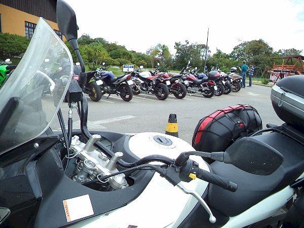 Uma parte das motos de várias origens no estacionamento do encontro