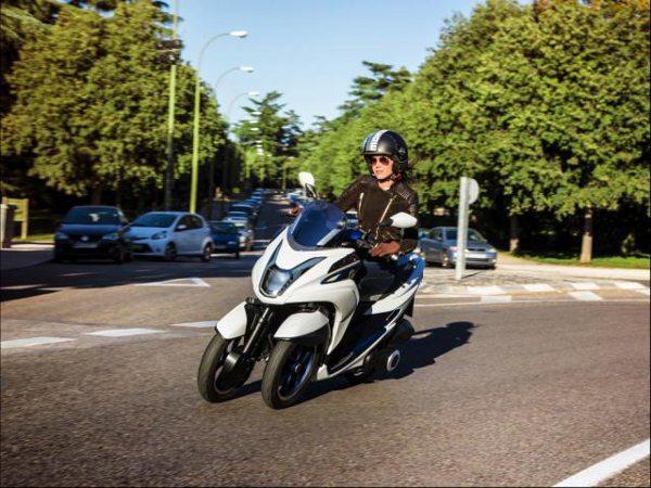 Scooter de 3 rodas com a capacidade de inclinação nas curvas