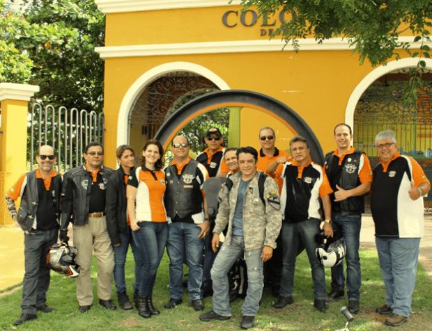 Luis Sucupira (centro) e a turma do Anonymous MG