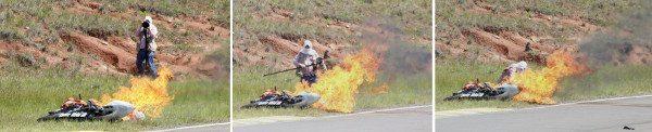Sanderson fotografa o acidente mas ao ver que o piloto não se mexe, não pensa duas vezes e corre para retirá-lo do meio das chamas