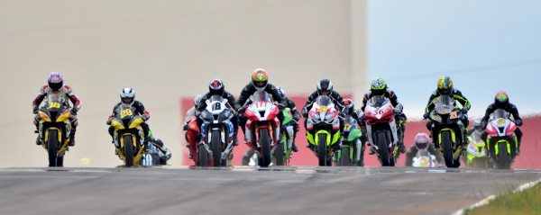 Largada da categoria SuperBike Light no SuperBike Series 2013 em Cascavel (PR)