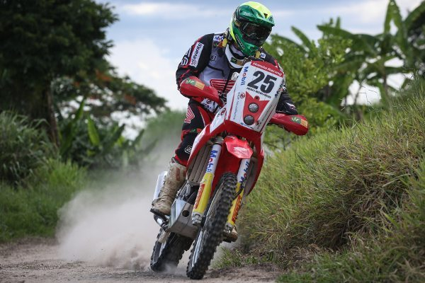 Jean Azevedo, piloto da Honda Racing Rally Team durante treino para Dakar 2014
