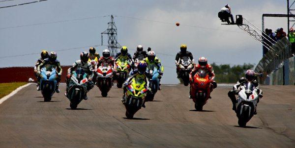 Largada da GP 1000, na última corrida da temporada do Campeonato Brasileiro de Motovelocidade