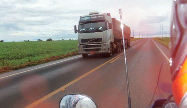 Veículos em sentido contrário provocam grande deslocamento de ar, passe longe deles