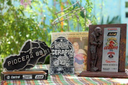 Troféus recebidos por Gigi Athayde pelas suas participações no Cerapió-Piocerá