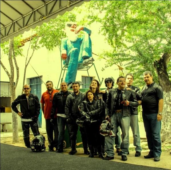Com meus amigos do Anonymous Moto-Grupo na Casa de Chico Anysio (Foto: André Sucupira)
