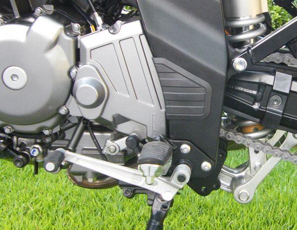 O cambio da motocicleta parece simples. Essa alavanquinha é apenas a ponta mais visível desse sistema que transforma a velocidade da rotação do motor em movimento da motocicleta