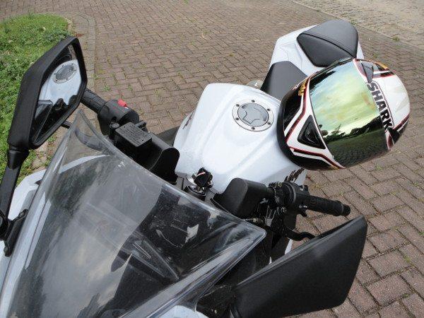 Concebido para não riscar ou marca a pintura, o Magneto Fix é colocado na base do capacete