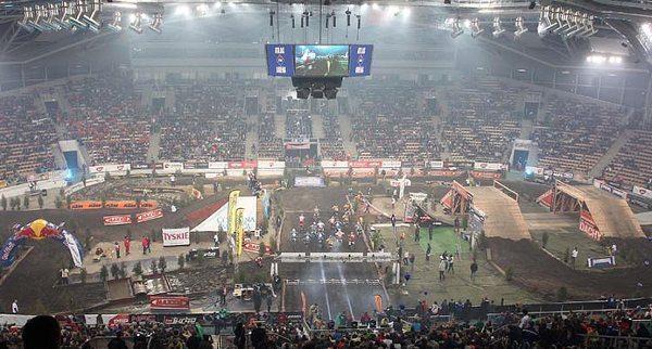 Competição é disputada dentro de estádios em pista construída com obstáculos artificiais