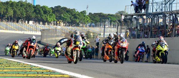 Largada da categoria 250cc/300cc na 500 Milhas Motovelocidade de Interlagos 2014- foto de Donini Produções