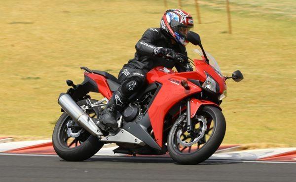 A posição avançada das barras do guidão faz aumentar a pressão sobre o pneu da frente da moto, favorecendo as frenagens e as curvas