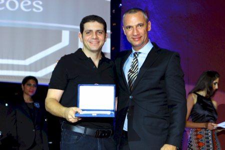 Alexandre Barros recebendo a comenda oferecida pela CBM por serviços prestados em prol do motociclismo nacional
