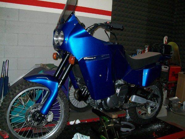 Pintura de fundo com o mesmo azul das Yamaha do Rally Paris-Dakar