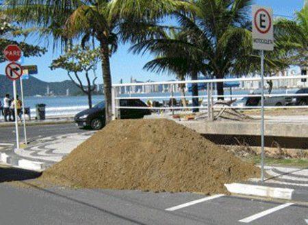 Tinha um monte de areia no meio do caminho, no meio do caminho tinha um monte de areia