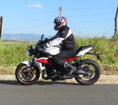 Traseira mais alta coloca a moto numa atitude mais esportiva. Rake e trail diminuem para uma dirigibilidade mais rápida
