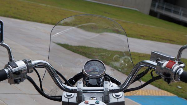 Na visão do piloto ele repara no velocímetro bem centralizado, com uma pequena janela de cristal líquido para o odômetro parcial e os belos controles elétricos dos punhos - O para brisa é acessório