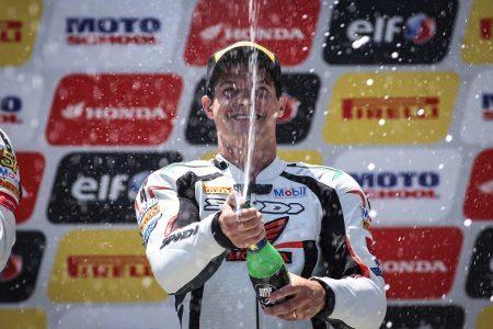 Maico Teixeira comemora o título da primeira edição da Copa Pirelli SuperBike