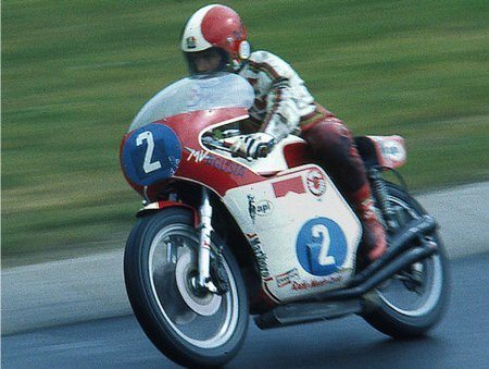 Giacomo Agostini na MV Agusta 350 cc de quatro cilindros